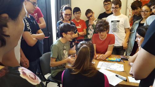 I partecipanti al laboratorio sono stati divisi in gruppi di 4-5 persone. Qui la presentazione della prima proposta.
