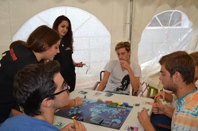 Una partita a Pandemia: i giocatori devono cercare di frenare l'espansione di un'epidemia che minaccia l'intero pianeta