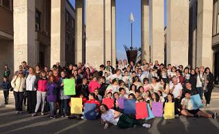 Foto di gruppo di alcuni partecipanti allo slot-mob in piazza del Popolo a Latina